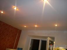 Потолок из ПФХ панелей , цвет белый матовый, с точечным освещением