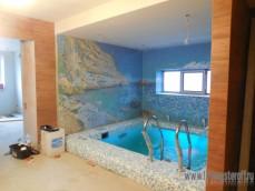 Бассейн под ключ с мозаичным панно на стенах.