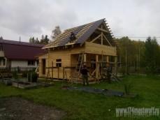 Монтаж сруба дачного домика из бруса с крышей из металлоче...