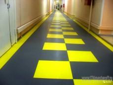 Плитка ПВХ в коридоре.